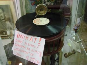 Starý plechový gramofon na kliku