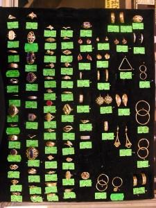 Velký výběr zlatých prstenů i dalších zlátých šperků