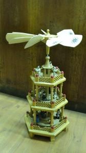 Dřevěný zdobený kolotoč s postavičkami - 690,-